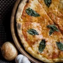 eckere Scheiben geschnitten frische Pizza Margherita auf Holz-Pfanne